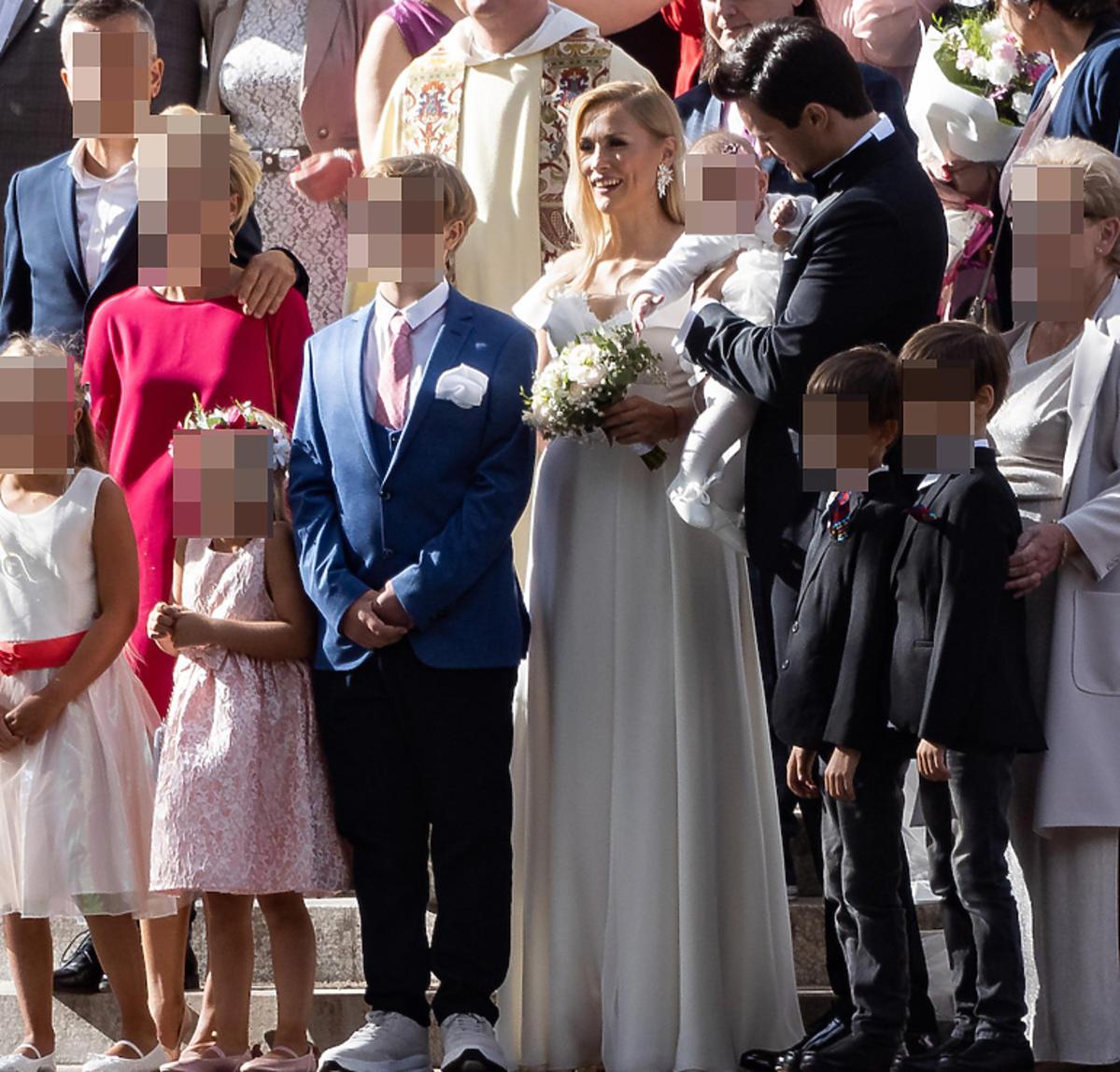 Sylwia Juszczak i Mikołaj Krawczyk z rodziną podczas ślubu