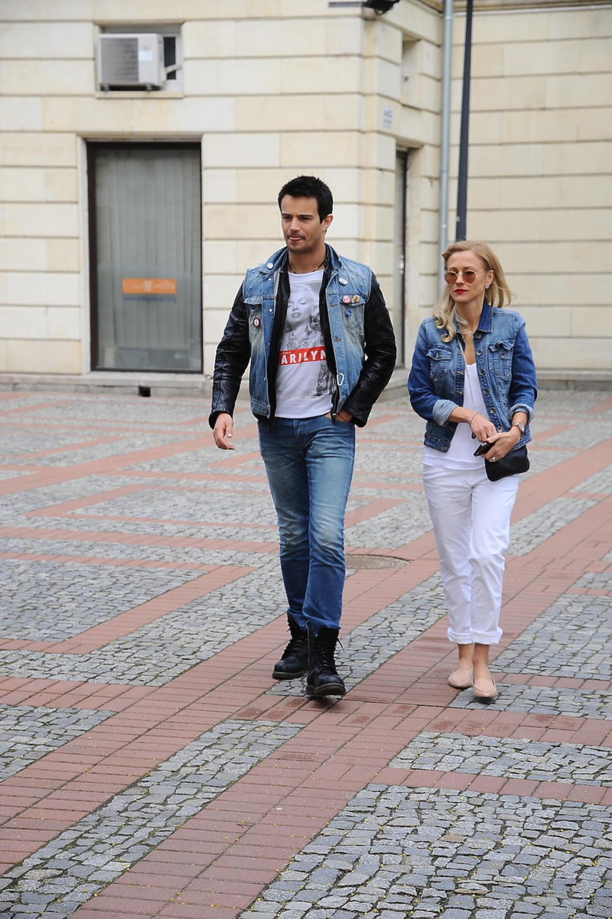 Sylwia Juszczak w białych spodniach
