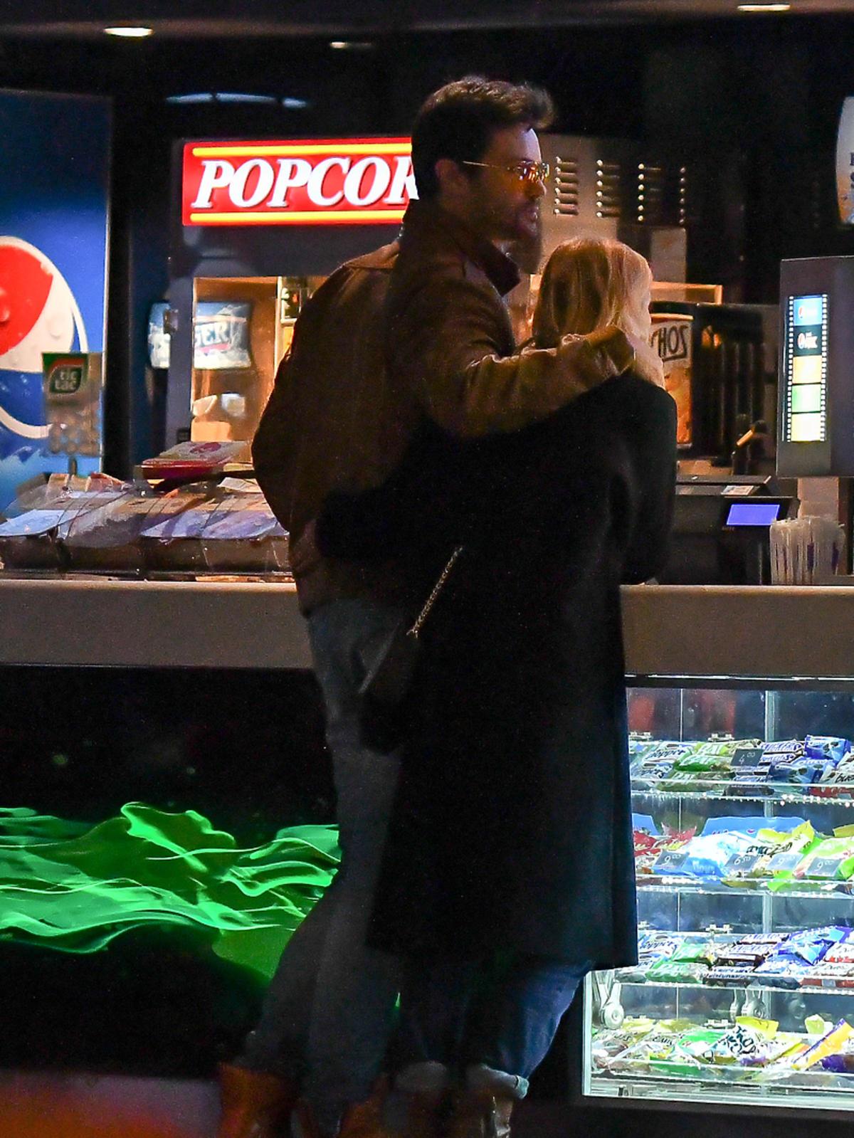 Sylwia Juszczak w czarnym płaszczu