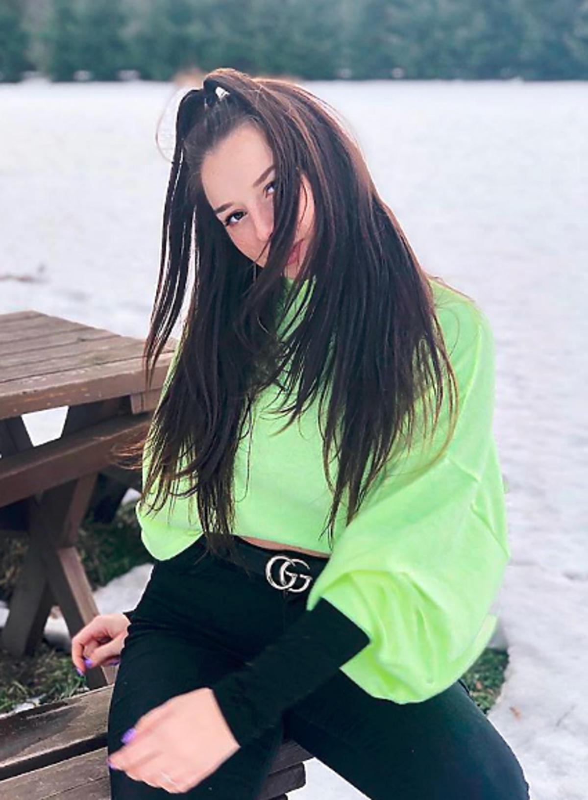 Sylwia Lipka w neonowym swetrze