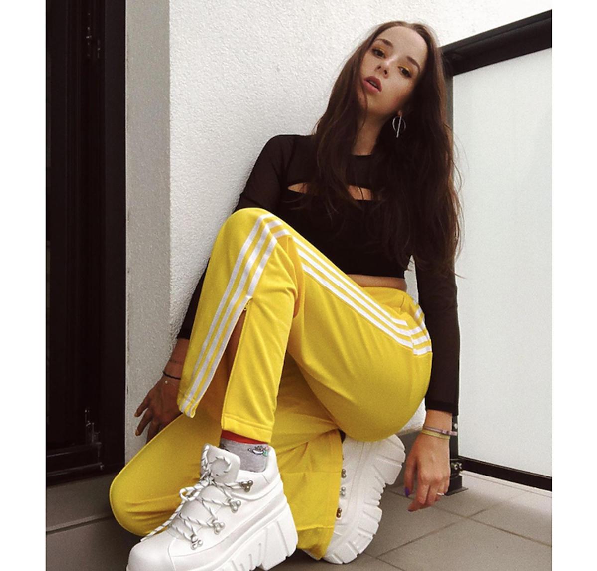 Sylwia Lipka w żółtych spodniach