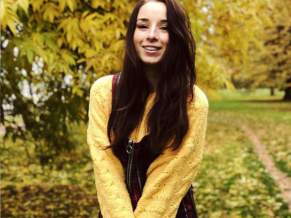 Sylwia Lipka w żółtym swetrze