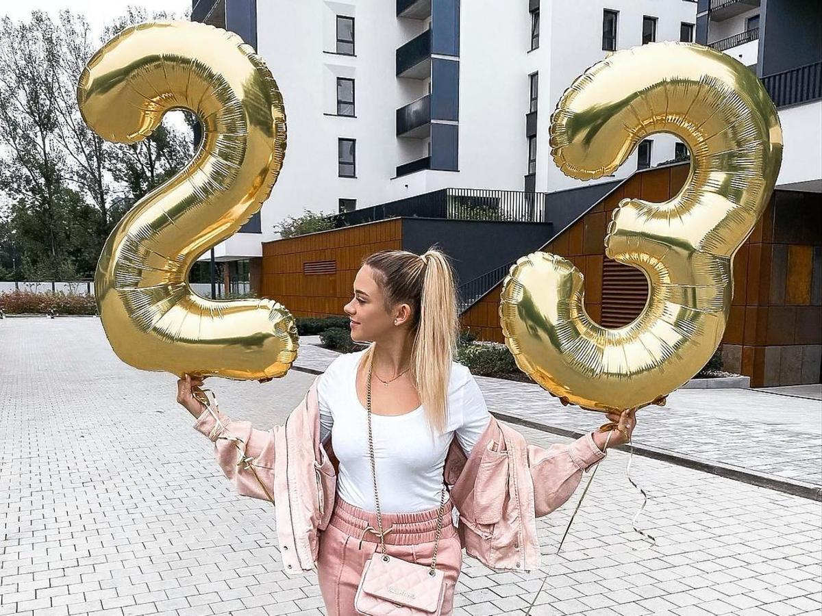 Sylwia Przybysz trzyma balony 23