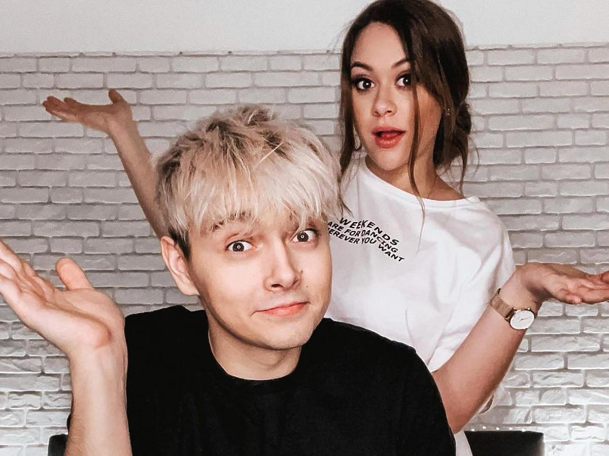 Sylwia Przybysz w białej koszulce i Jan Dąbrowski w czarnej koszulce
