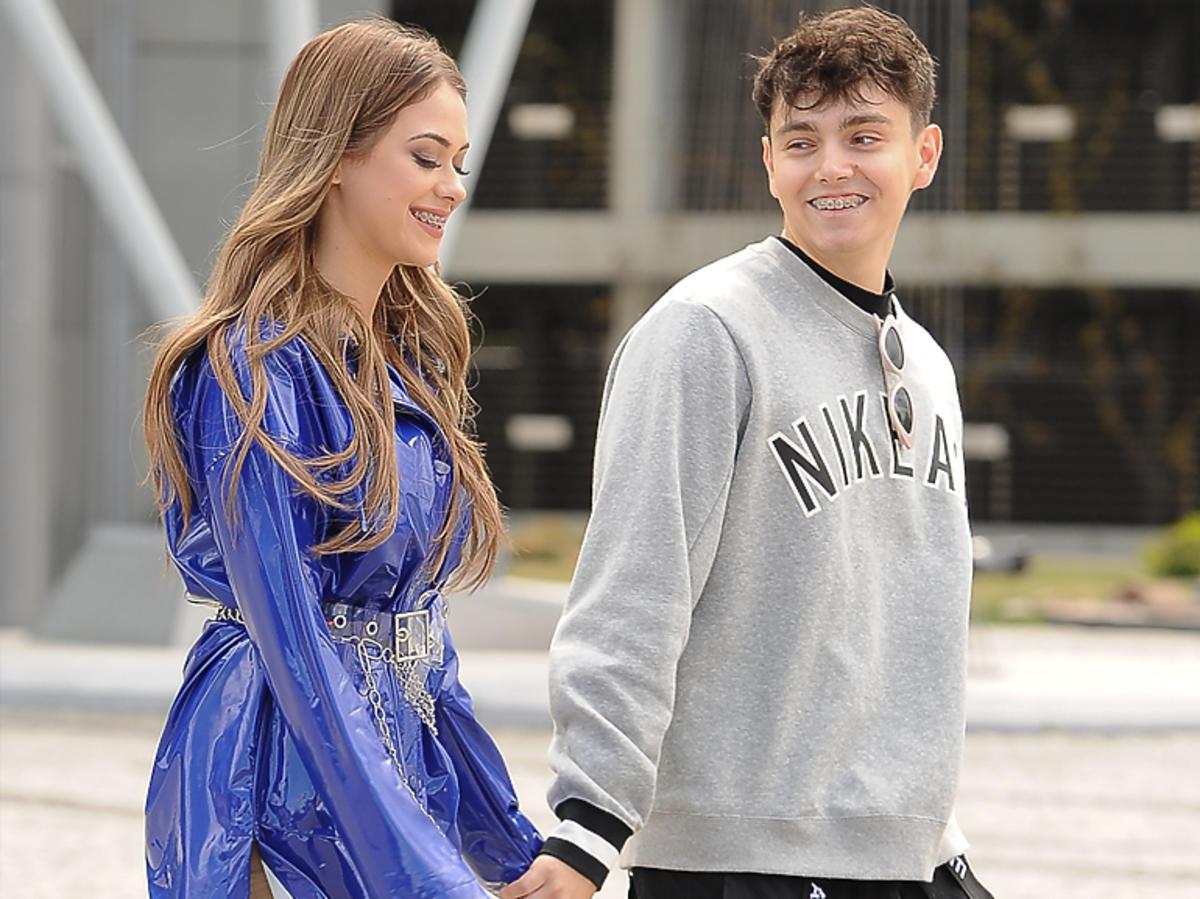 Sylwia Przybysz w fioletowej sukience i Jan Dąbrowski w szarej bluzie