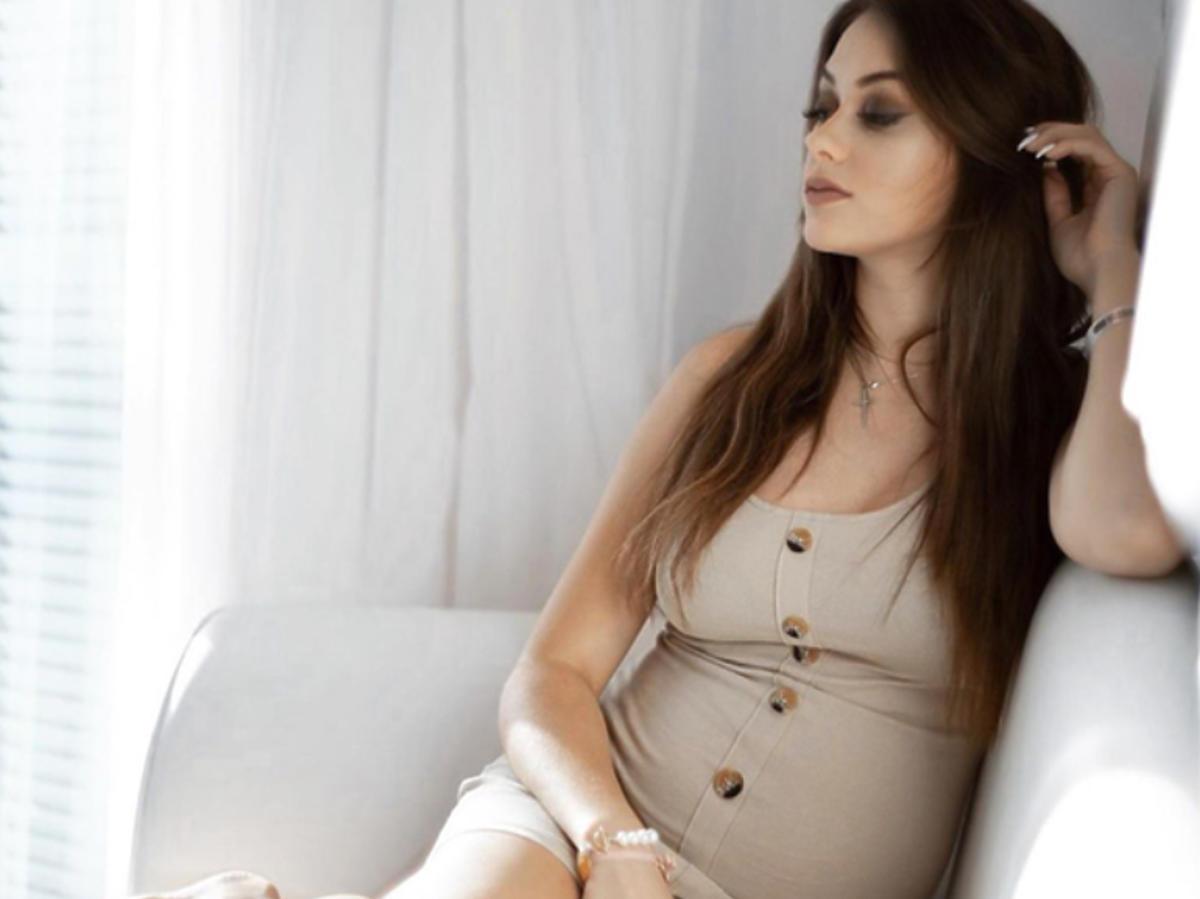Sylwia Przybysz w obcisłej beżowej sukience