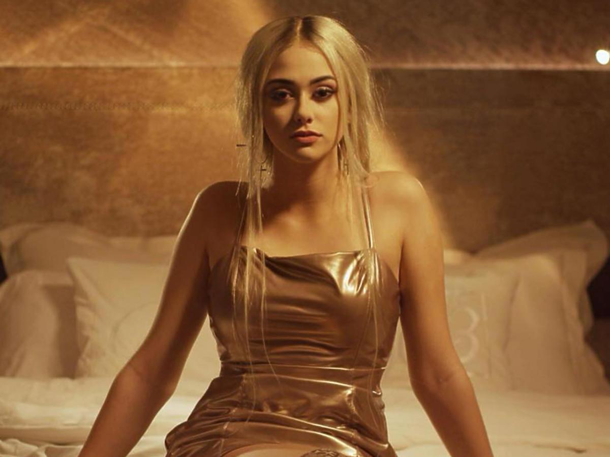Sylwia Przybysz w złotej sukience