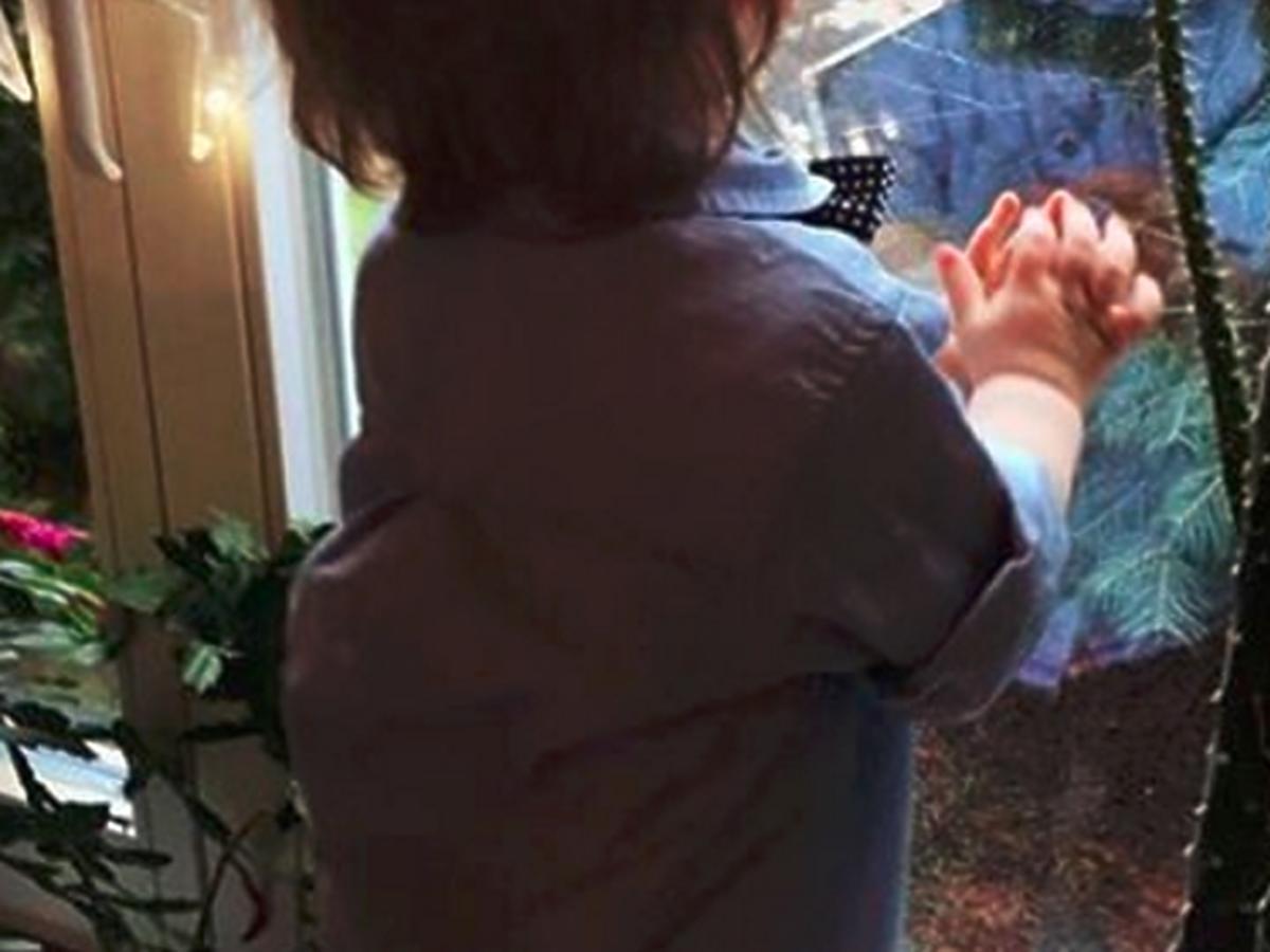 Syn Ady Fijał przy oknie