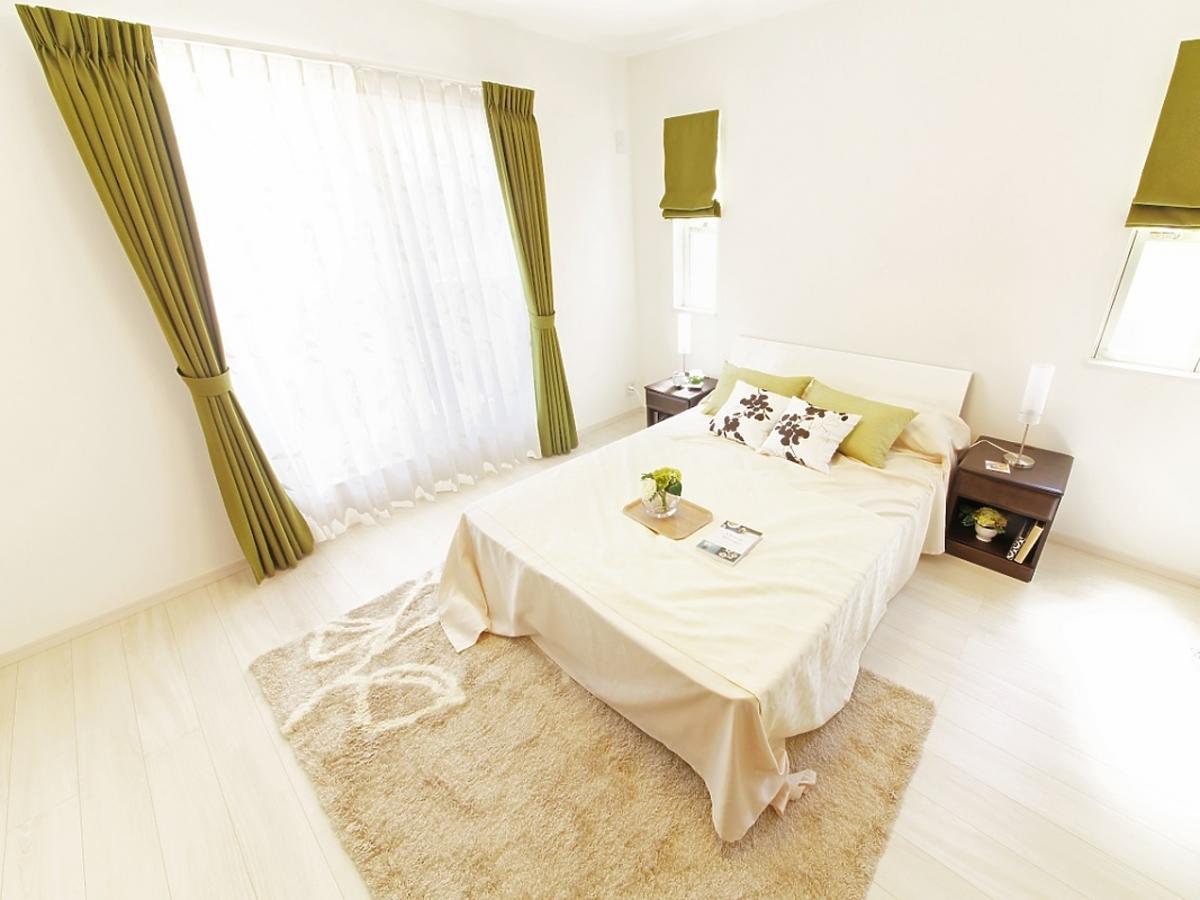 Sypialnia z łóżkiem w centrum