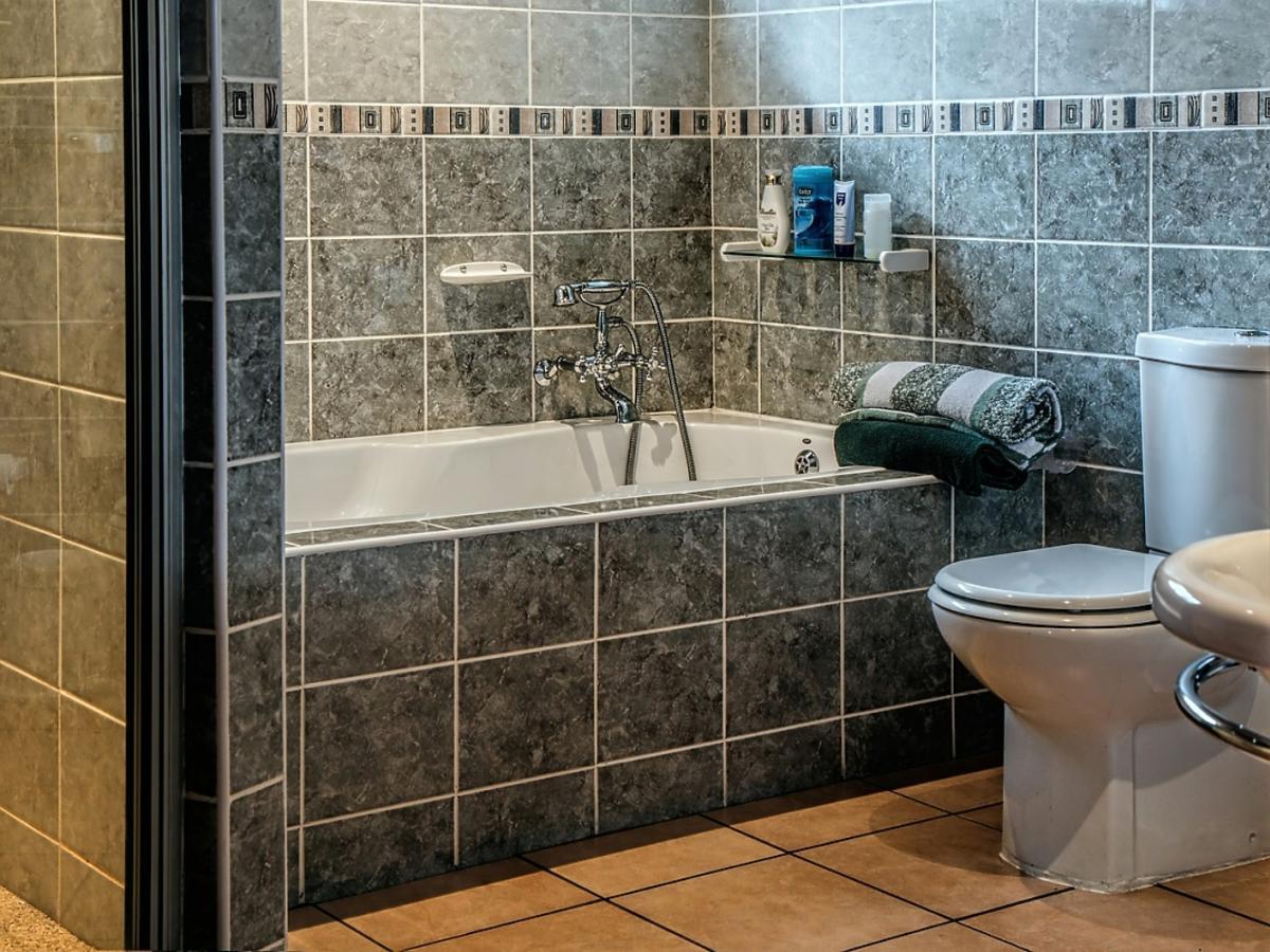 Szara łazienka z wanną