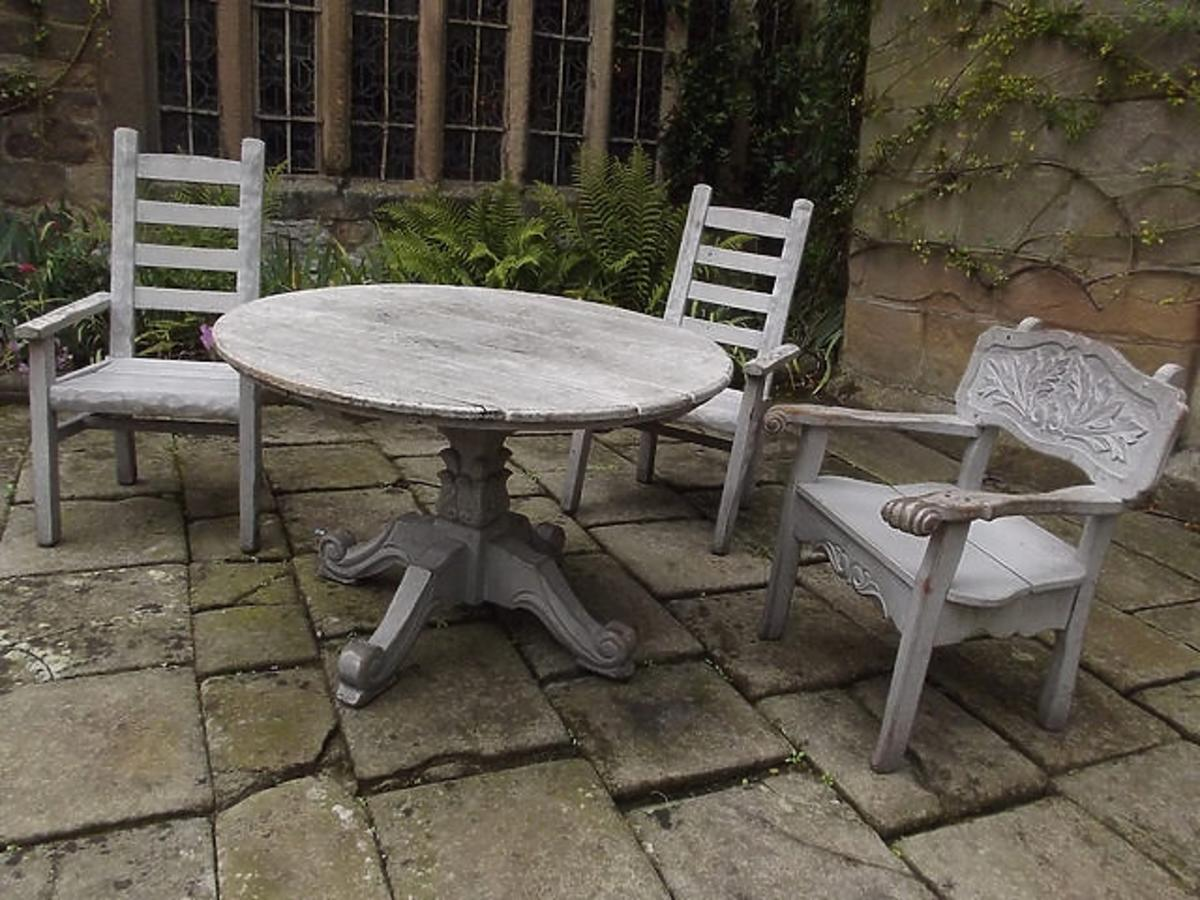 Szare meble ogrodowe - okrągły stół i trzy krzesła