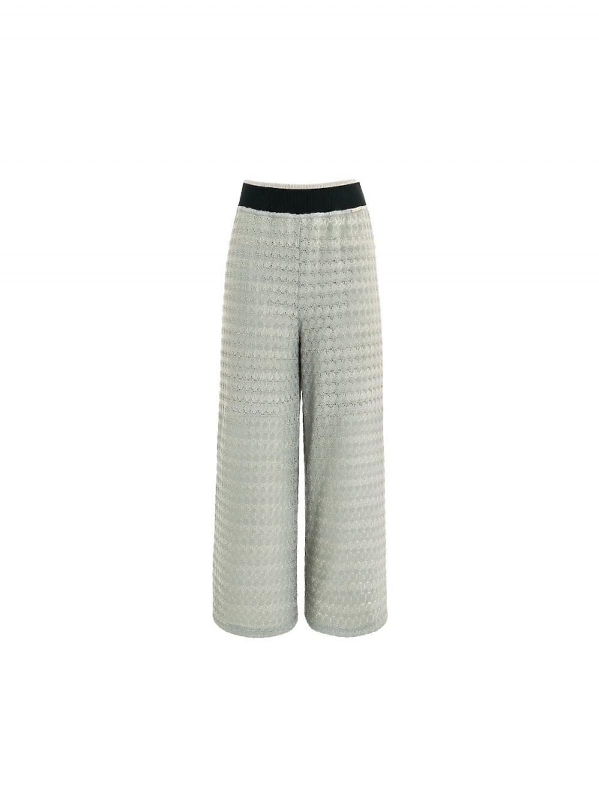szare spodnie z szerokimi nogawkami