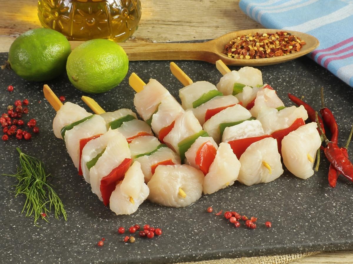 Szaszłyki z rybą przygotowane na grilla.