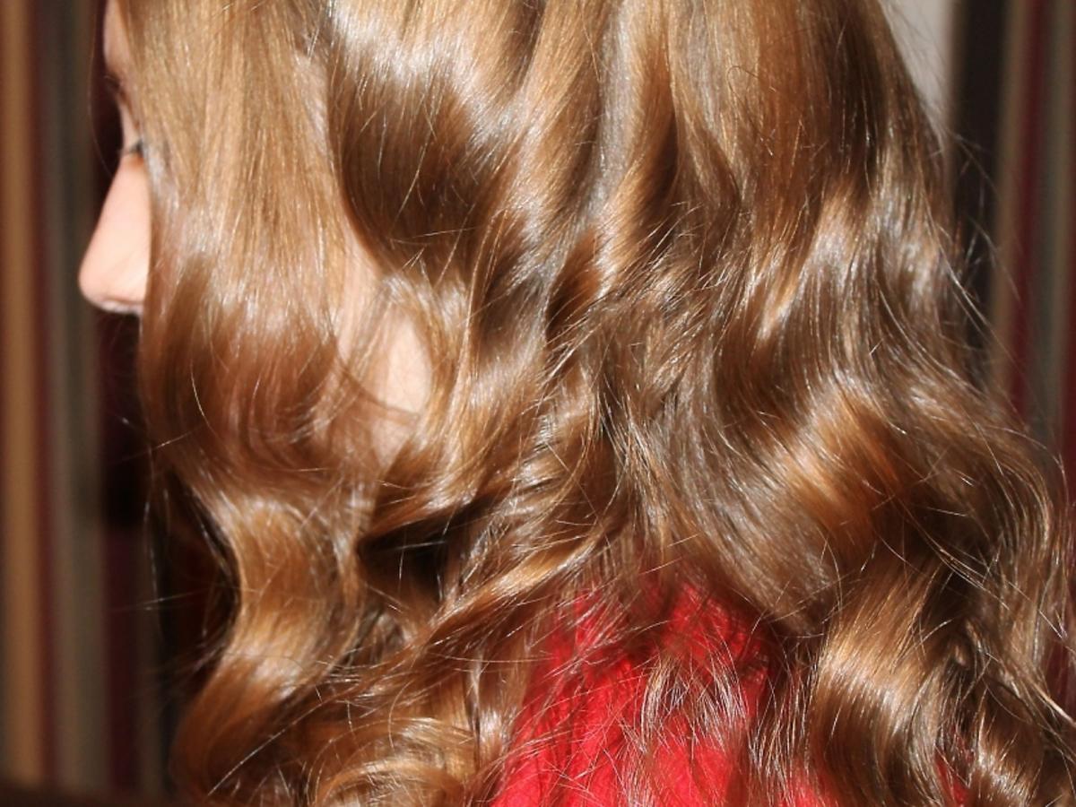 Szatynka z kręconymi długimi włosami