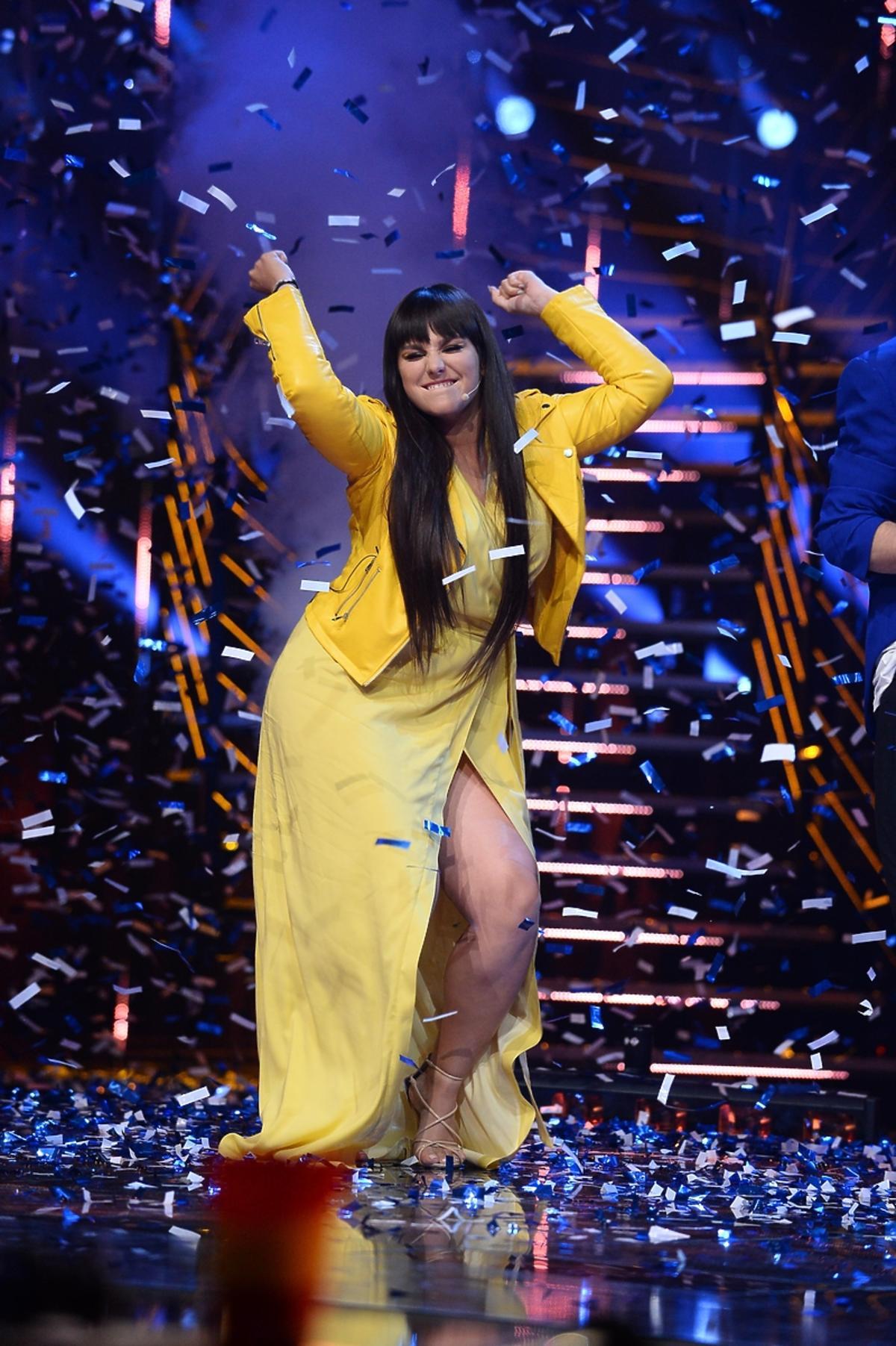 Szczęśliwa Ewa Farna w żółtym total looku