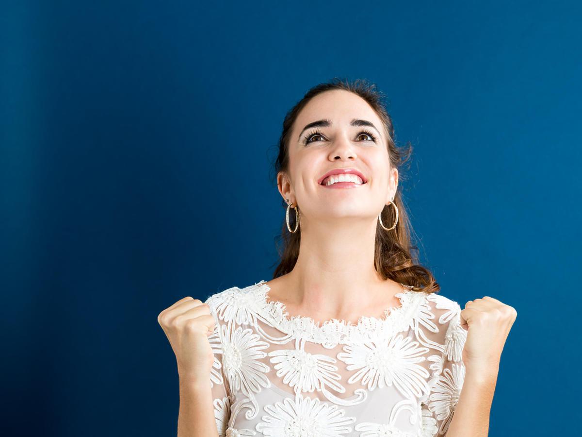 szczęśliwa kobieta na niebieskim tle