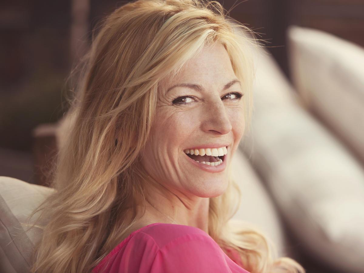 szczęśliwa kobieta w średnim wieku