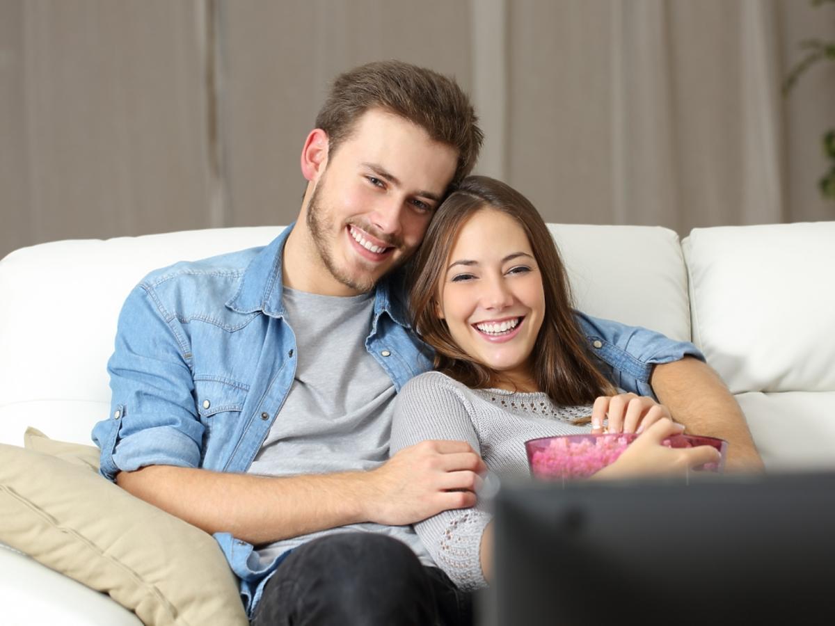 Szczęśliwa para ogląda razem telewizję