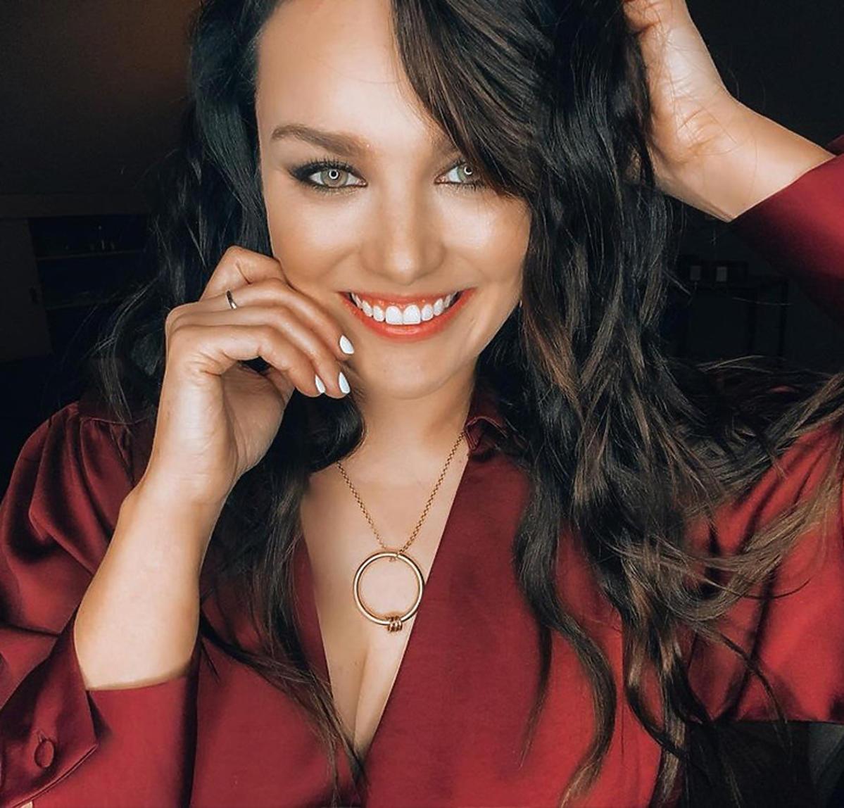 Szczupła Ewa Farna w czerwonej sukience