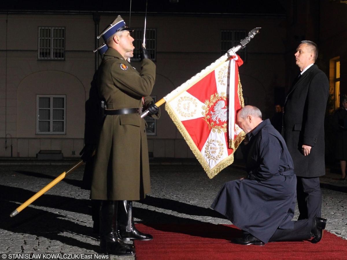 Szef MON Antoni Macierewicz całuje sztandar wojska polskiego