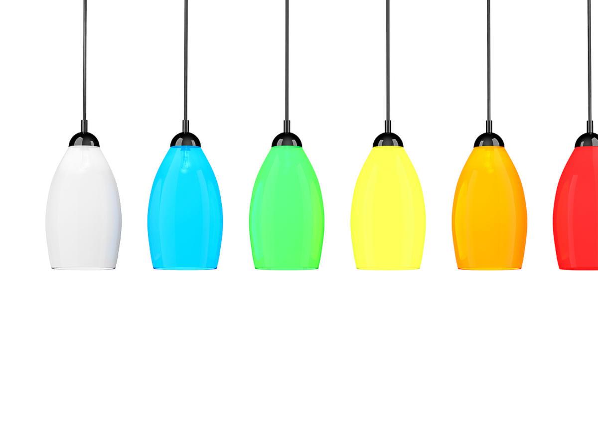 Sześć różnokolorowych lamp wiszących na białym tle.