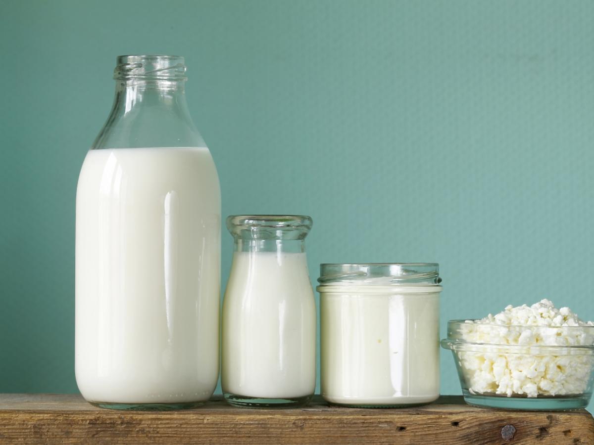 Szklane pojemniki z mlekiem i serkiem