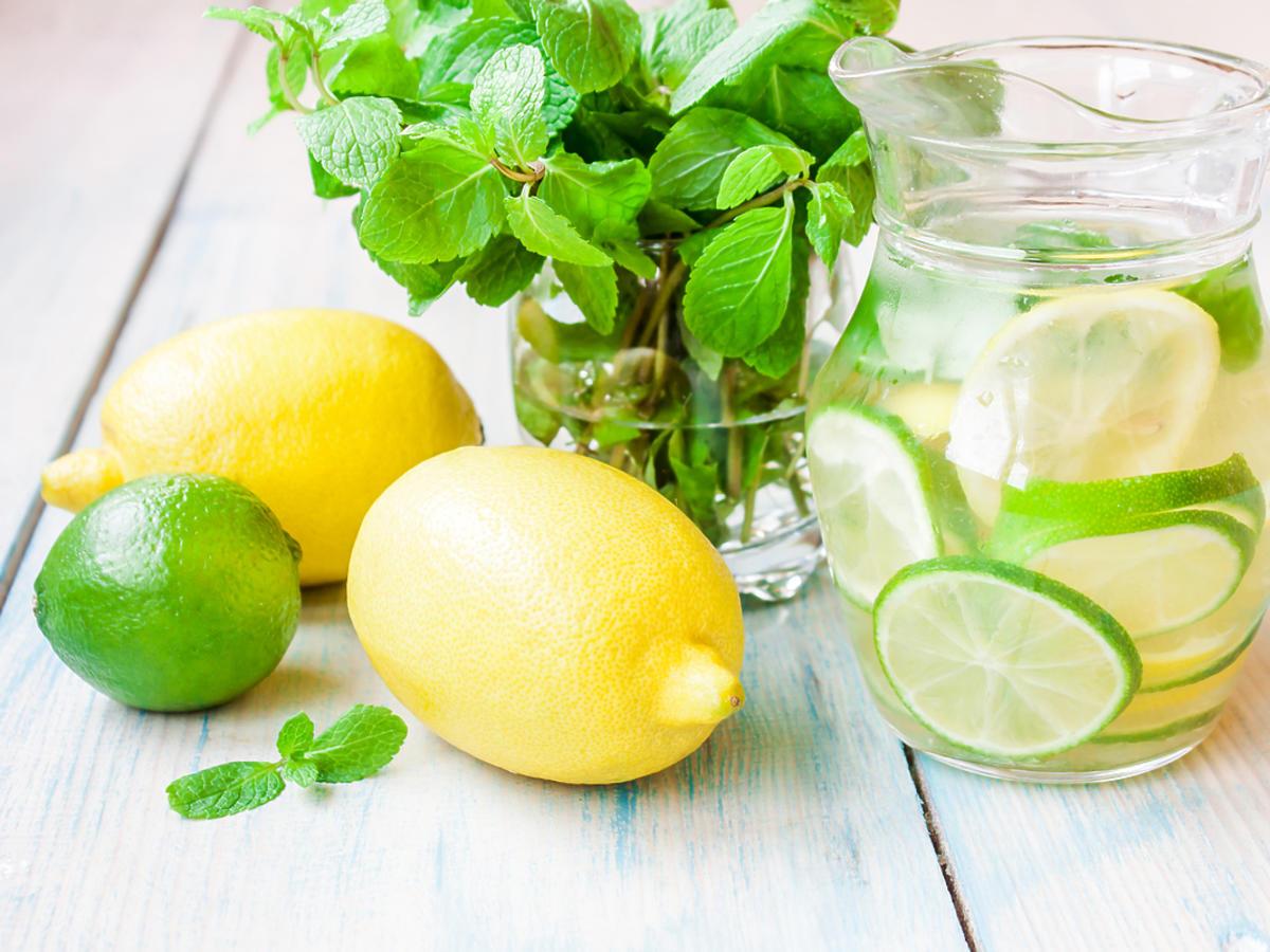 Szklanka lemoniady z plasterkami owoców