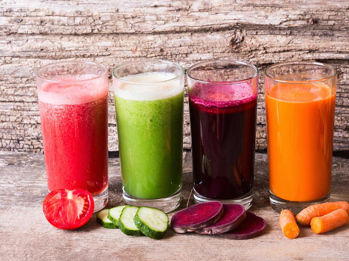 Szklanki z koktajlami warzywnymi.