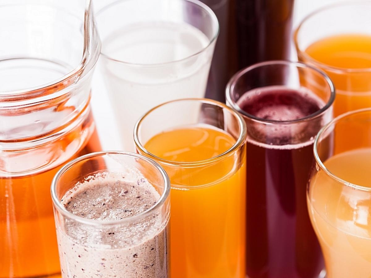 szklanki z napojami owocowymi