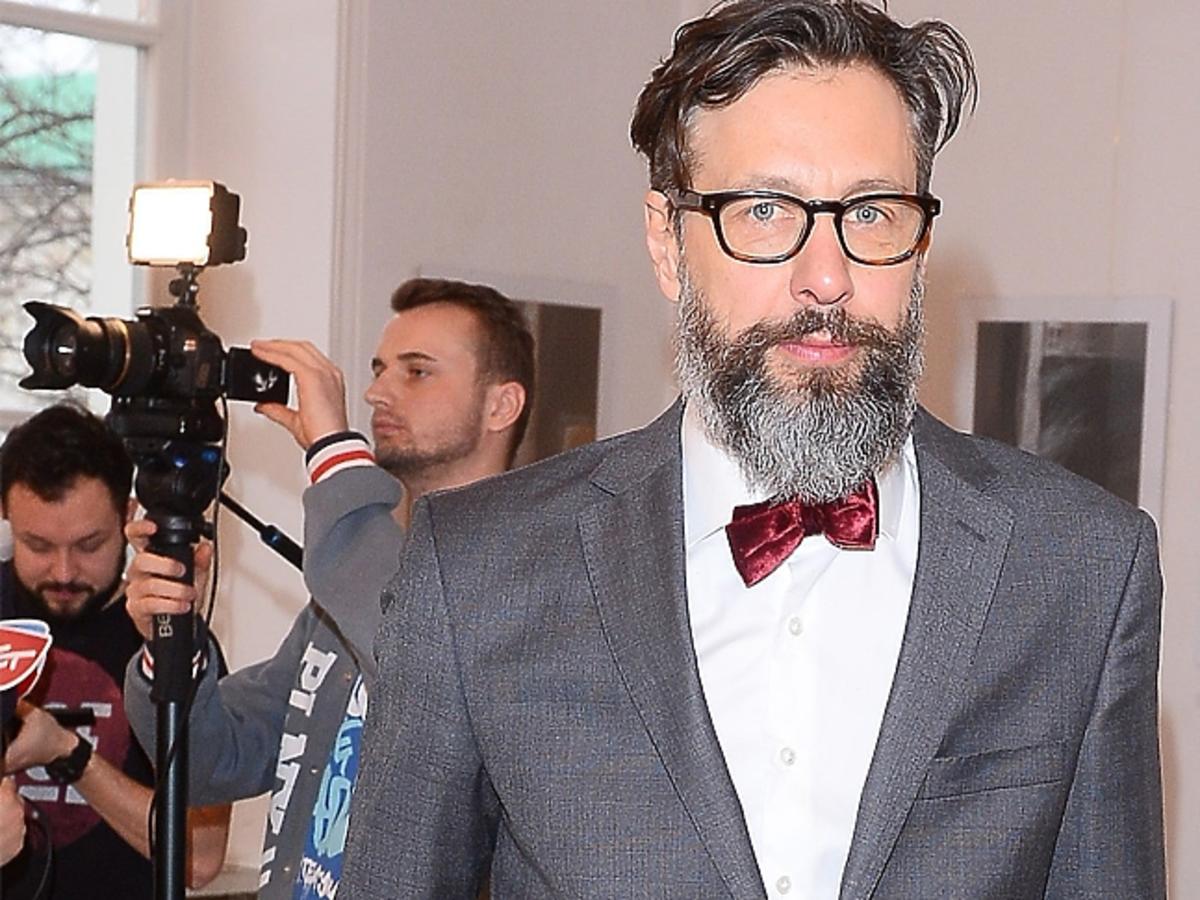 Szymon Majewski w okularach