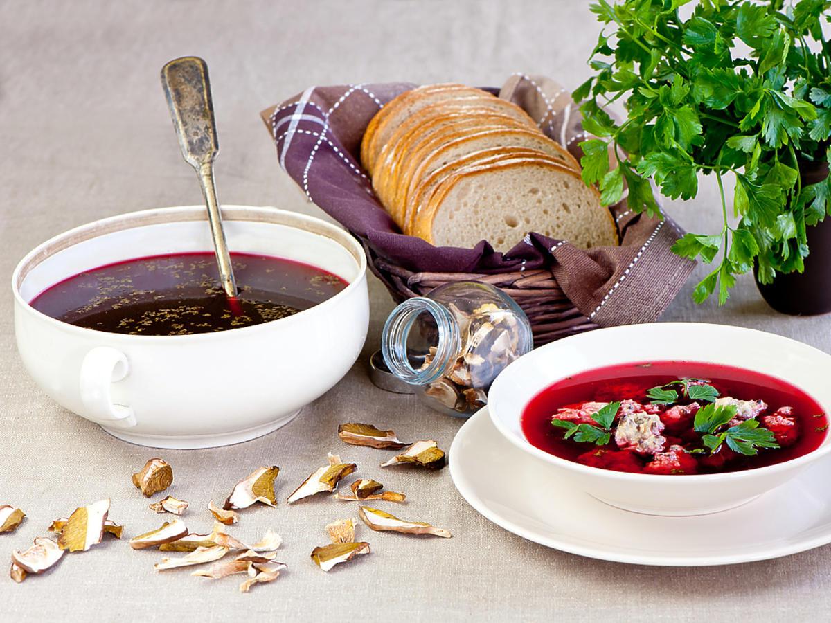 talerz z czerwonym barszczem i chleb w koszyczku