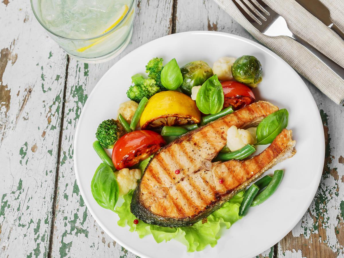 Talerz z rybą i warzywami.