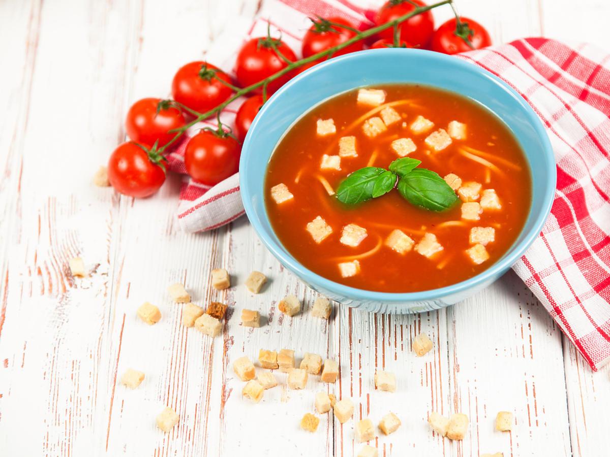 Talerz z wegańską zupą.