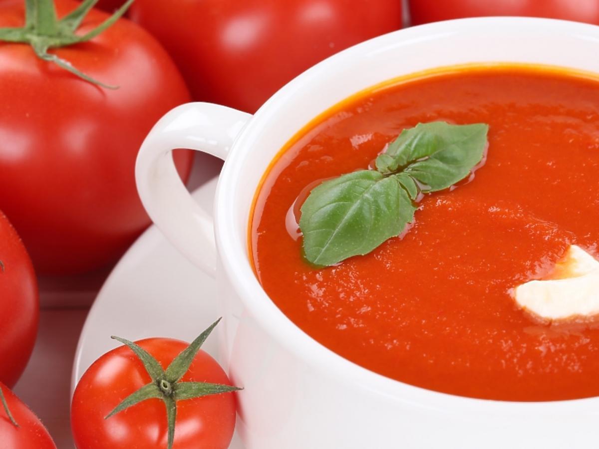 talerz zupy pomidorowej