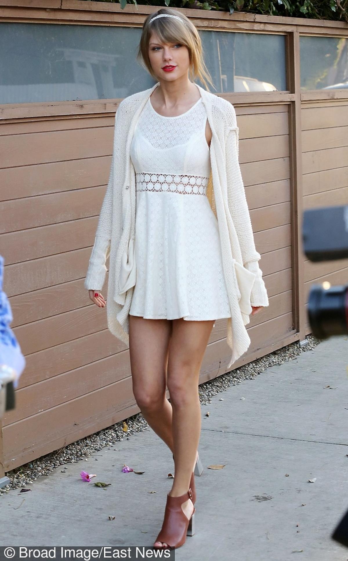 Taylor Swift w białej sukience