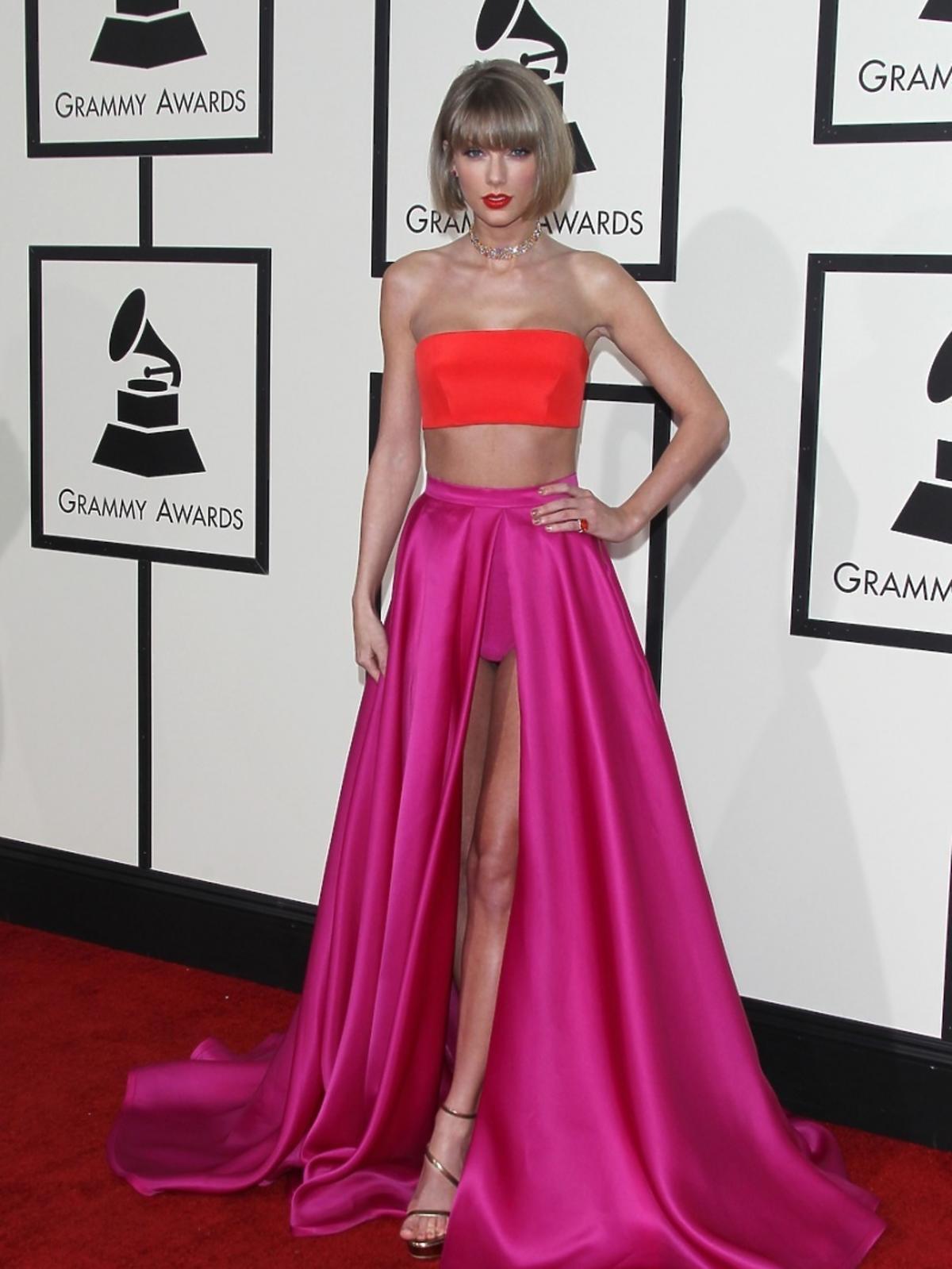 Taylor Swift w czerwonym staniku, amarantowej spódnicy na czerwonym dywanie
