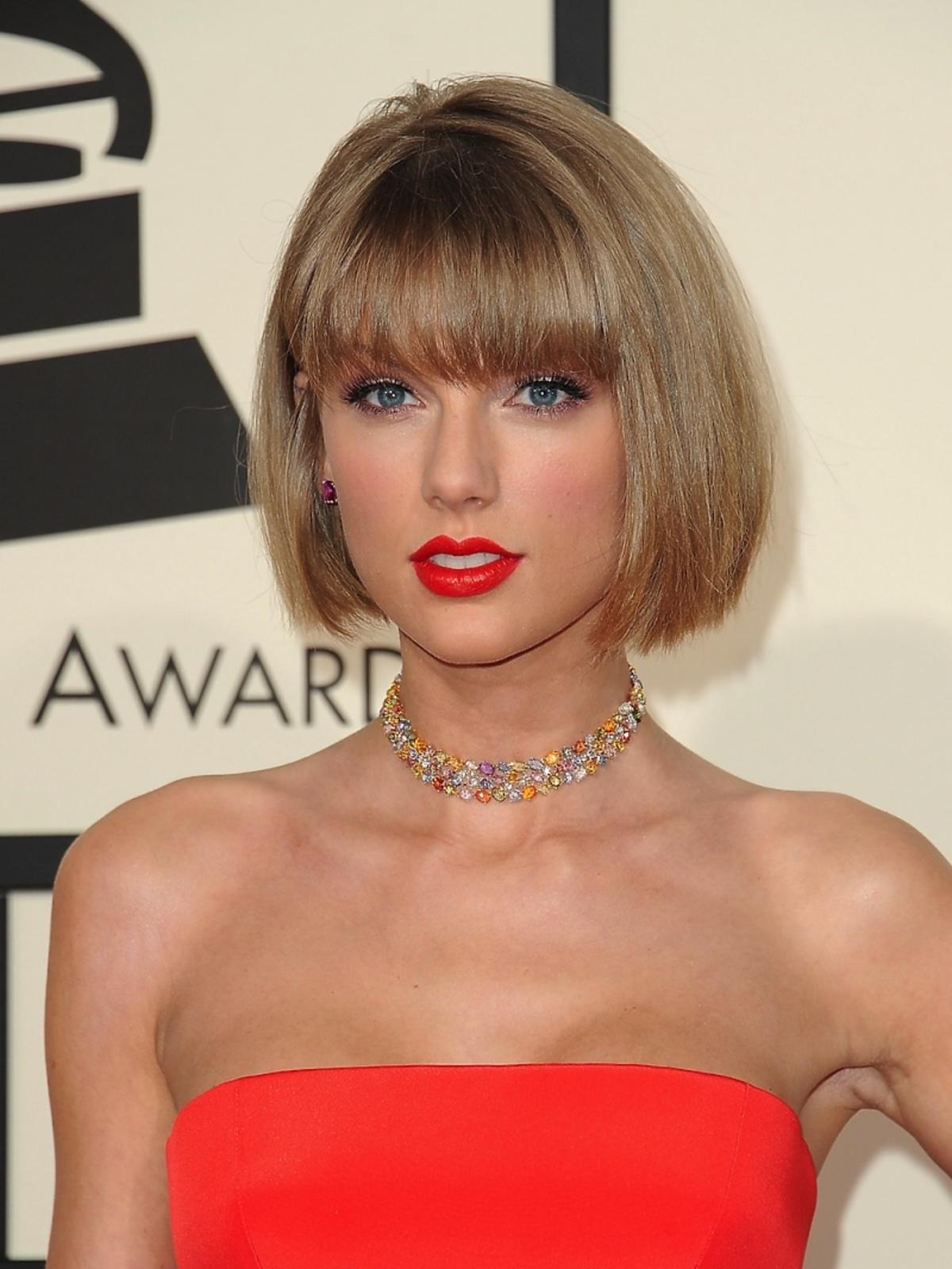 Taylor Swift w czerwonym topie i fryzurze typu bob