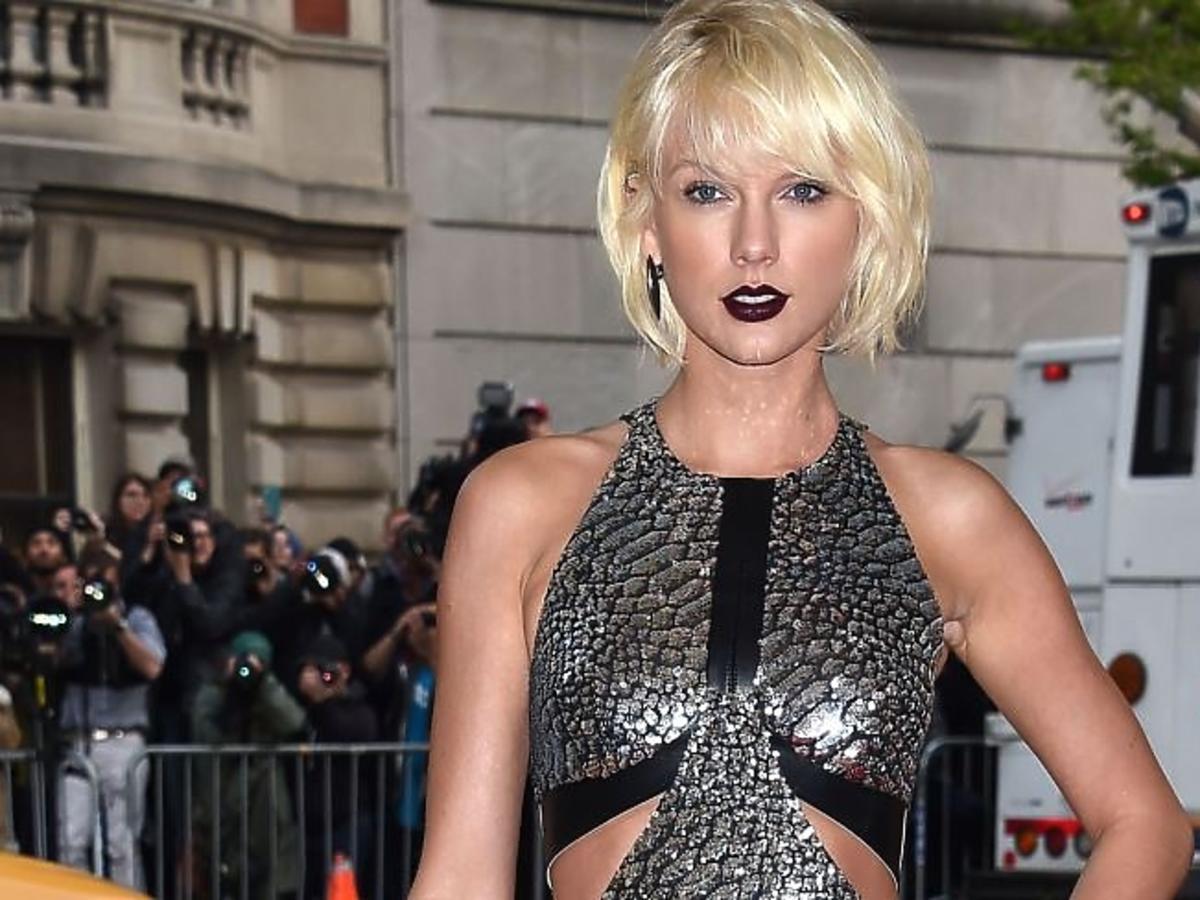 Taylor Swift w sukience z odsłoniętymi ramionami