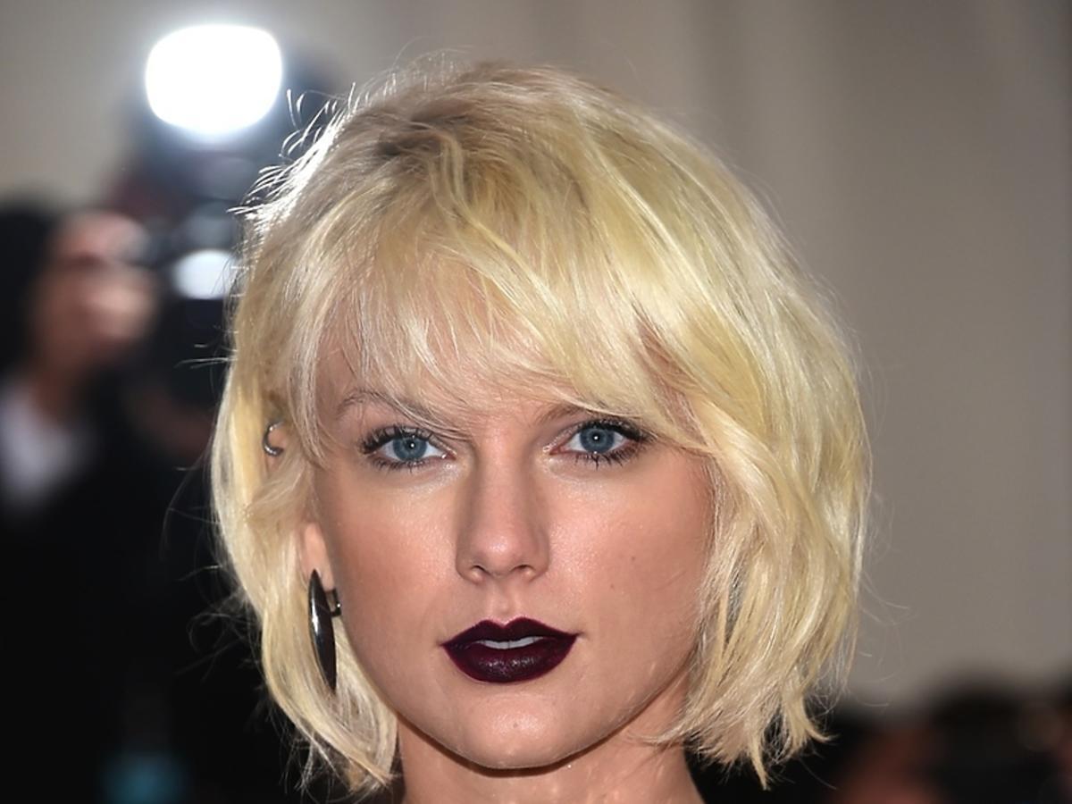 Taylor Swift z ciemnymi ustami
