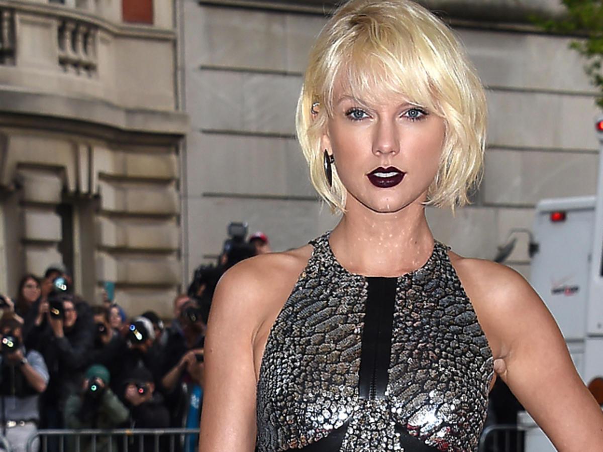 Taylor Swift z czarnymi ustami