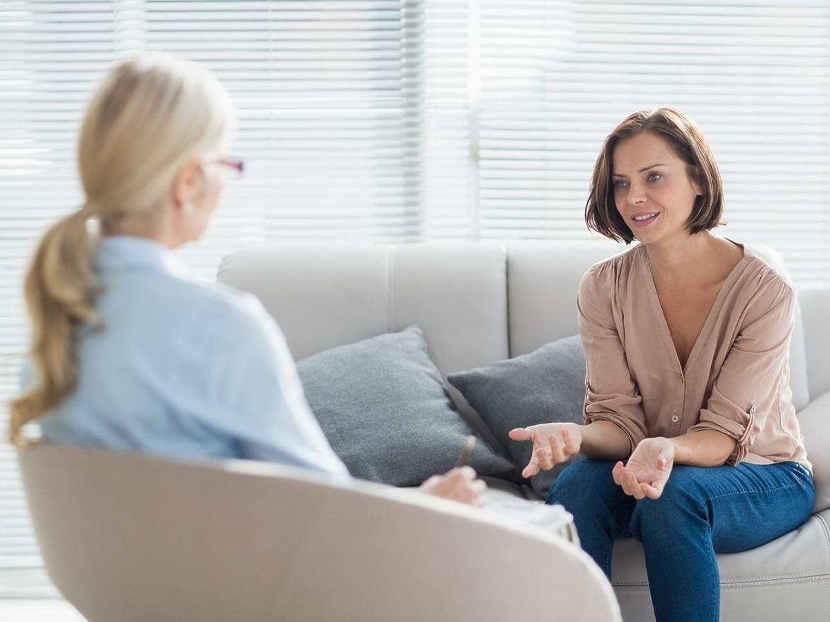 Terapeutka prowadzi sesję ze swoją pacjentką.