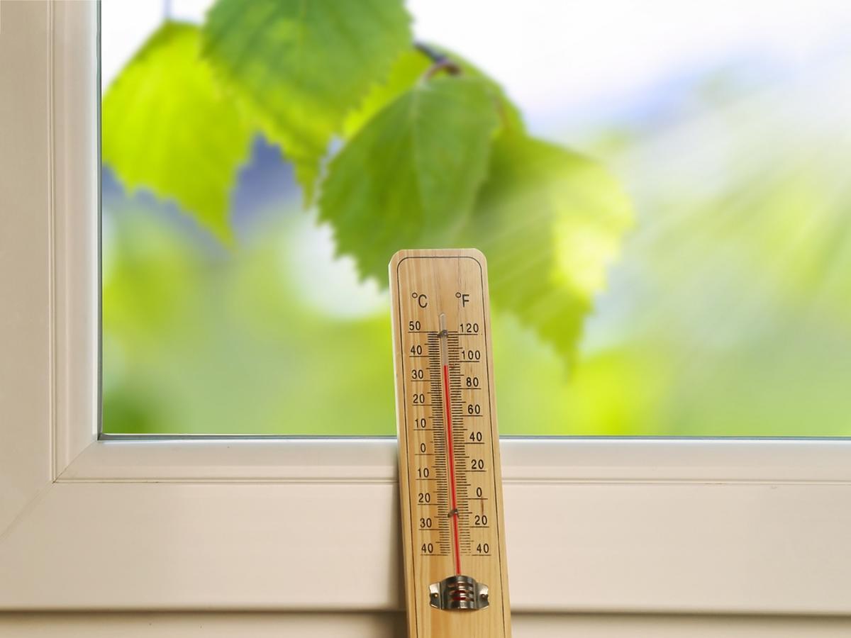 Termometr w mieszkaniu pokazuje wysoką temperaturę.