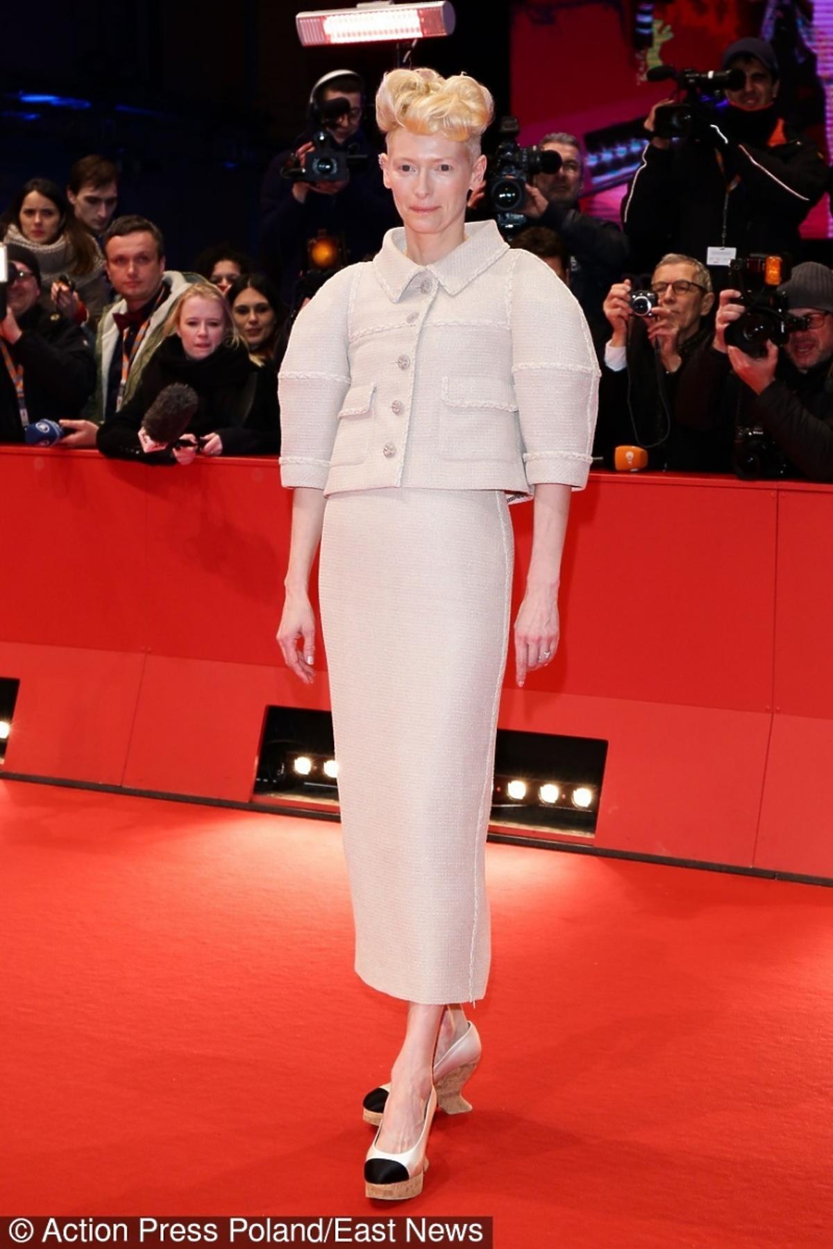 Tilda Swinton w kostiumie i butach na koturnie