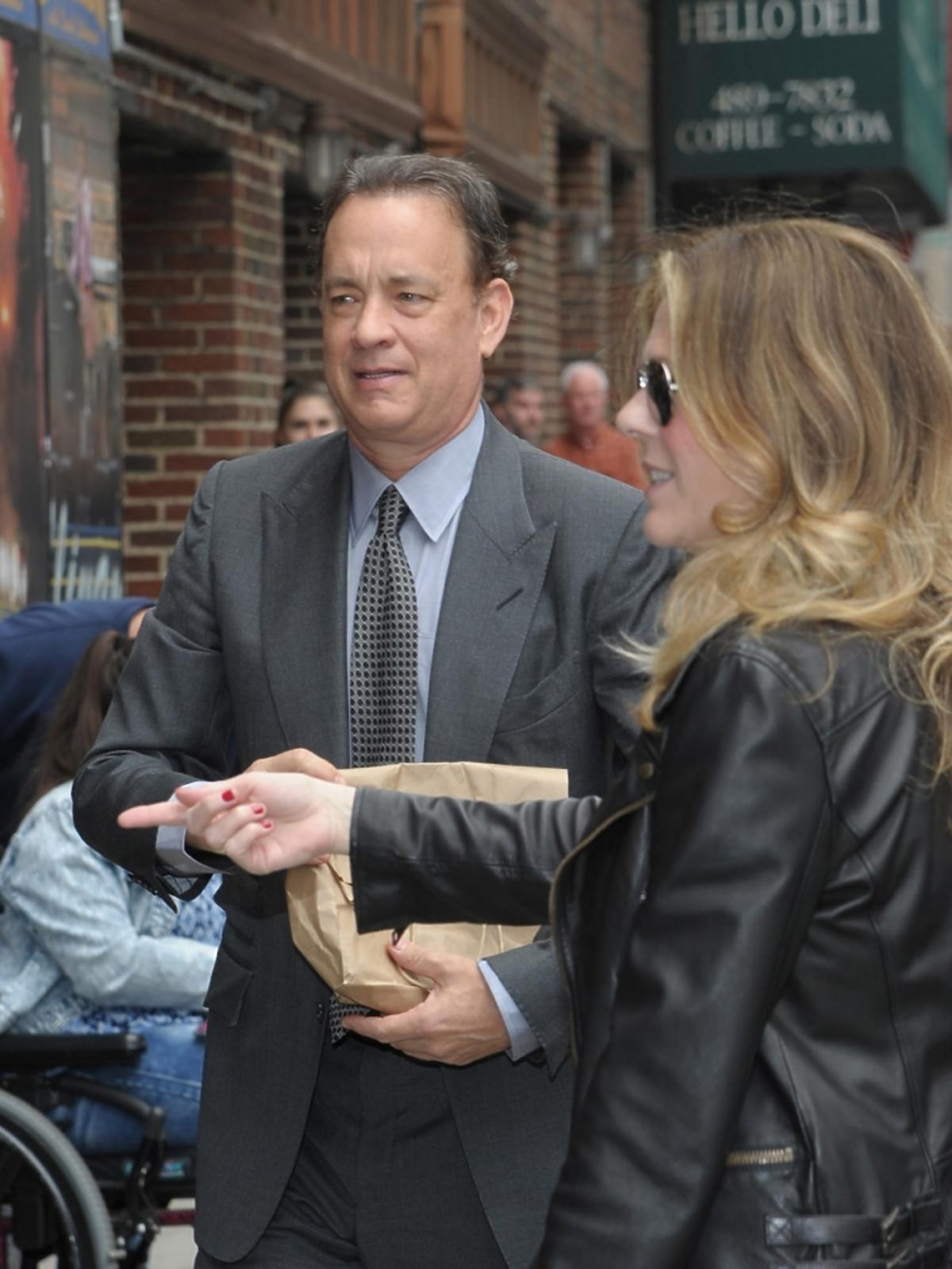 Tom Hanks z żoną przed studiem TV