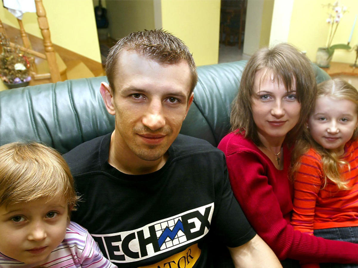Tomasz Adamek z córkami - 7-letnią wówczas Roksaną i 3-letnią Weroniką