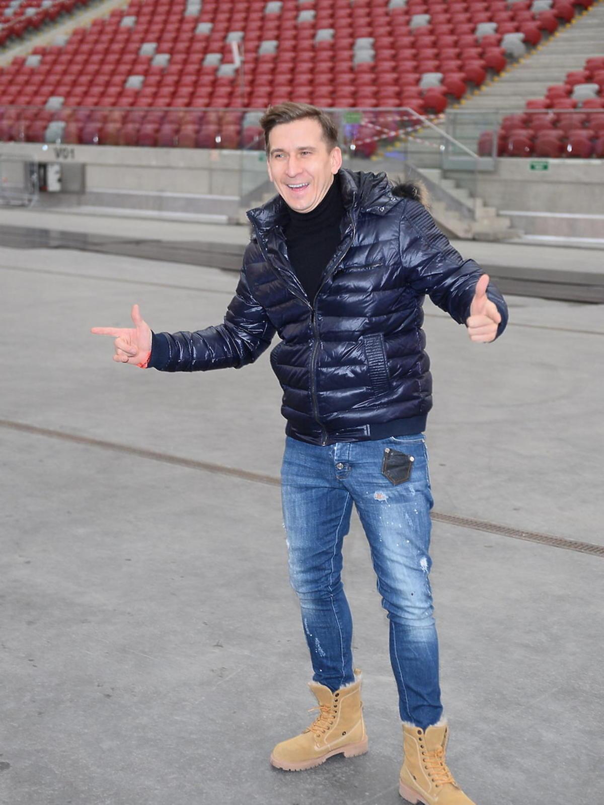 Tomasz Barański w żółtych butach