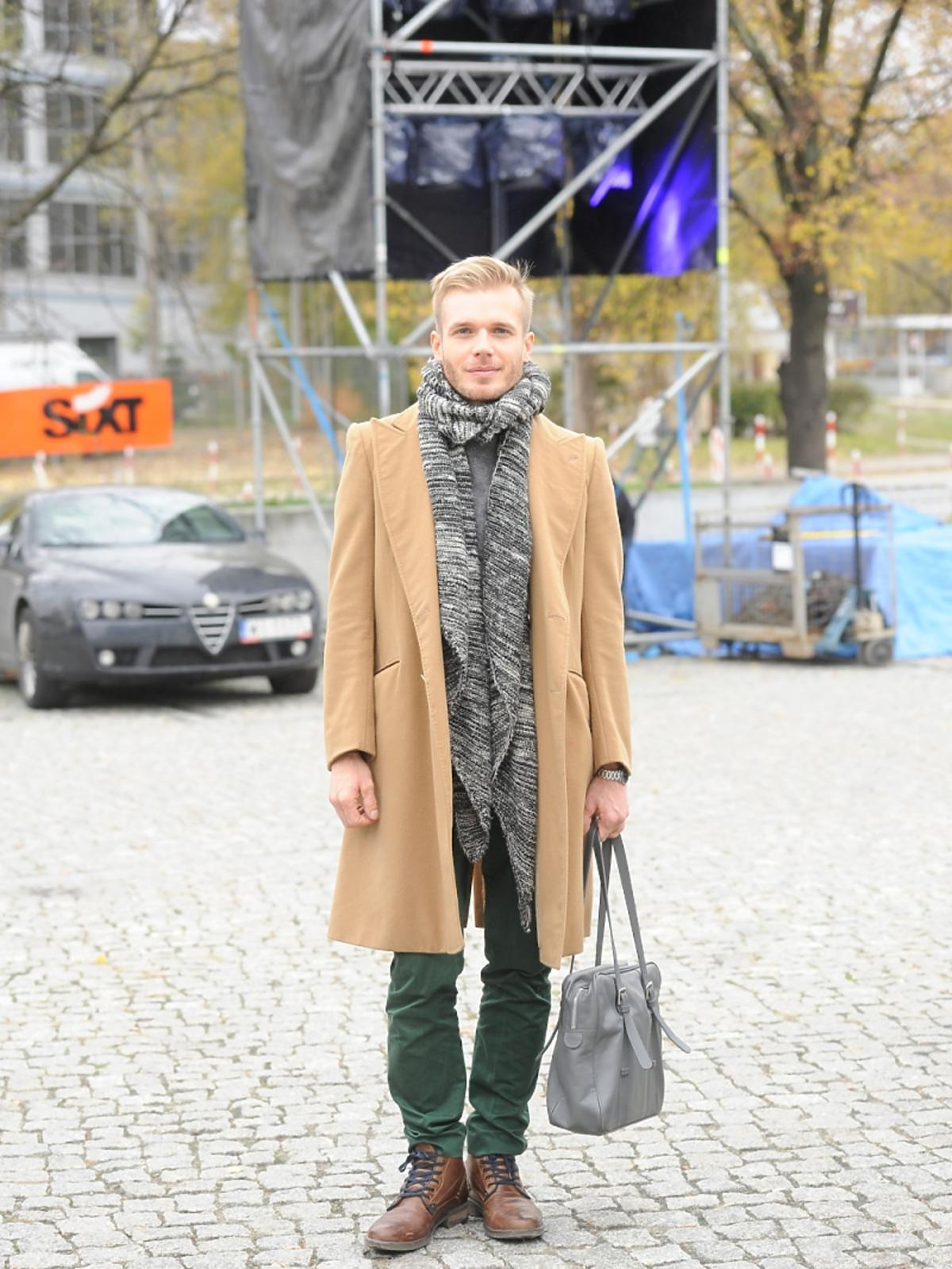 Tomasz Ciachorowski w brązowym płaszczu