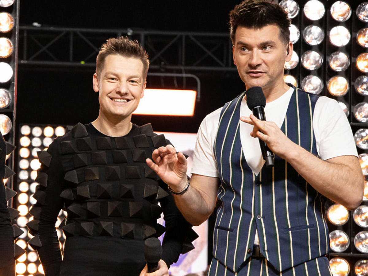 Tomasz Kammel i jeden z braci Mroczków obok w studio programu Dance Dance Dance