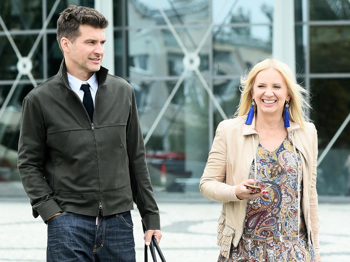 Tomasz Kammel i Marzena Rogalska pod studiem TVP