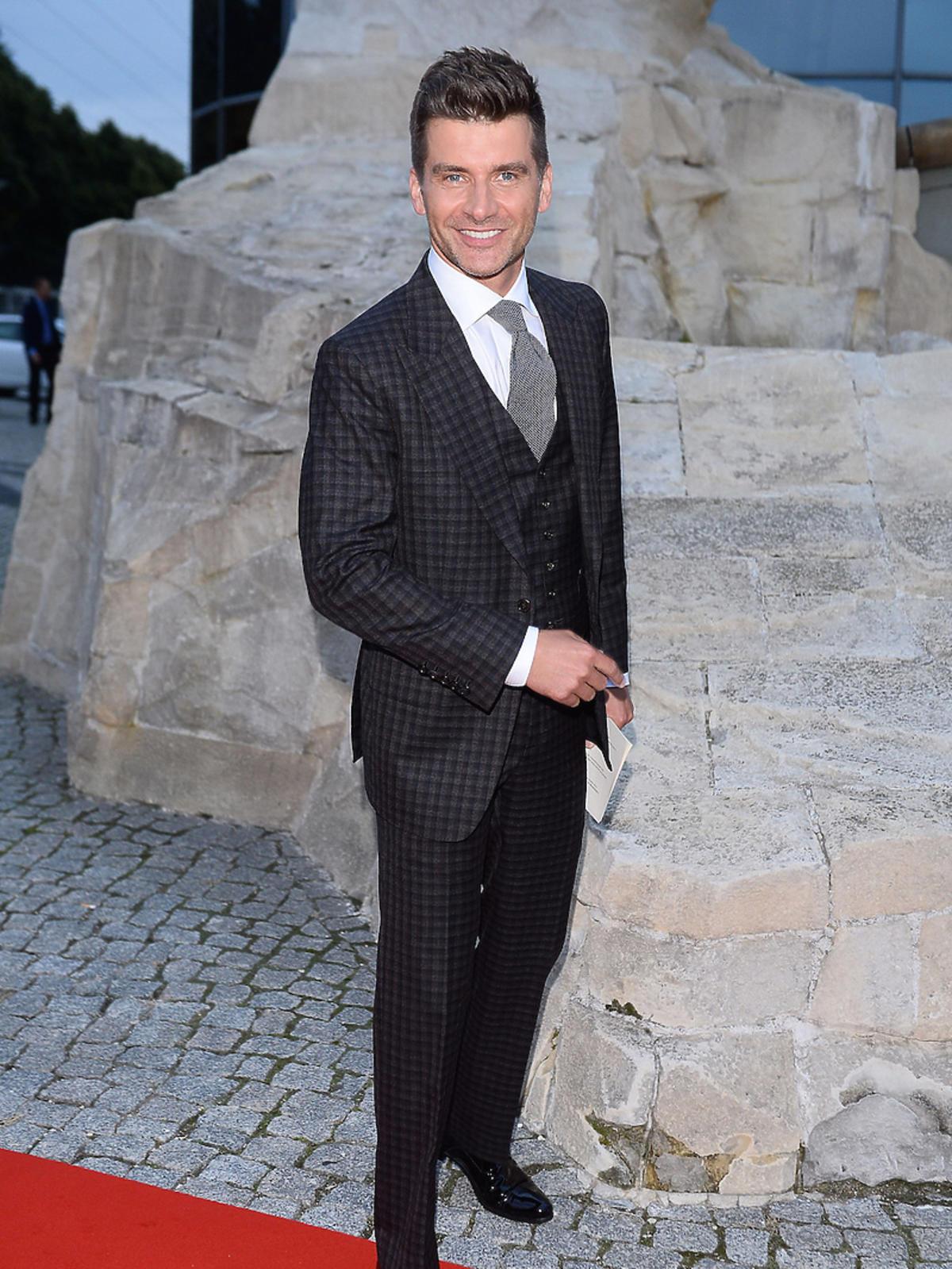 Tomasz Kammel w garniturze